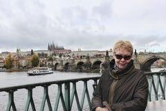 En mogen kvinna i solglasögon på den Vltava invallningen Arkivbilder