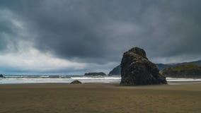 En molnig dag på stranden Fotografering för Bildbyråer
