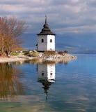 En molnig sikt av tornet på Liptovska Mara Royaltyfria Bilder