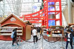 en mongkokshoppinggalleria på jul royaltyfri bild