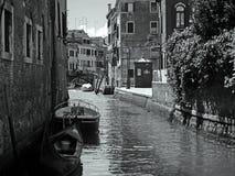 En monokrom bakgata i Venedig Royaltyfri Fotografi