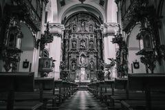 En monokrom sikt inom en kyrka royaltyfri foto
