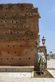 En monterad soldat på det 12th århundradet walled ingången till Hassan Tower i Rabat, Marocko Arkivbild