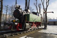 En monument av en lokomotiv på stänger Royaltyfria Bilder