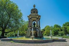 En monument och en springbrunn för Dr.Samuel Sarphati Arkivbilder