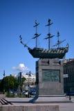 En monument till ett skepp på en sockel i St Petersburg royaltyfri foto