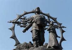 En monument till nybyggarna i Altaien på fyrkanten av Oktober i Barnaul fotografering för bildbyråer