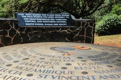 En monument tilldelad till stället var Nile River påbörjar från Lake Victoria Jinja arkivbilder
