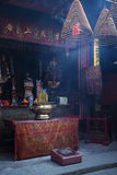 En-mor kinesisk tempel i det Macao macau porslinet royaltyfri fotografi