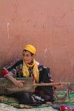 En moroccan musiker i gatorna av Marrakesh Royaltyfri Foto