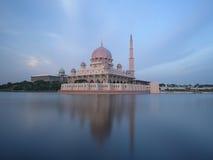 En moské i Putrajaya, Malaysia Royaltyfri Foto