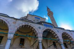 En moské och en blå himmel arkivfoton