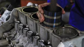 En motor f?r manreparationsbil lager videofilmer