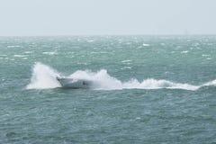 En motorbåtsegling på den engelska kanalen Arkivfoto
