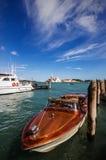 Motorboat i Venedig royaltyfri foto
