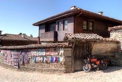 En motorcykel nära klassiskt bulgarian hus Royaltyfri Foto