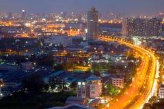 En motorväg på skymning längs den huvudsakliga floden av bangkok Thailand Royaltyfri Foto