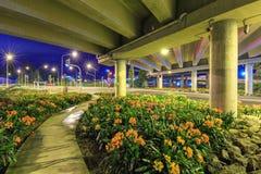 En motorway-/huvudvägplanskild korsning förskönade med blomningväxter royaltyfri fotografi
