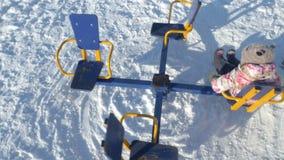 En muchacha del parque del invierno en un oscilación metrajes