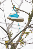 En muchacha del zapato de la ejecución de la rama de árbol Fotografía de archivo
