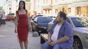 En mujer elegante hermosa de mirada masculina obesa, diferencia de la forma de vida, motivación metrajes