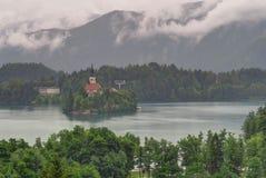 En mulen dag på Bled ön och sjön blödde, Slovenien Arkivbilder