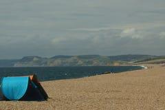 En mulen dag på den Chesil stranden i Dorset, UK arkivbilder