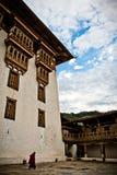 En munk går borggården av den Punakha fästningkloster, Paro, Bhutan Royaltyfria Foton