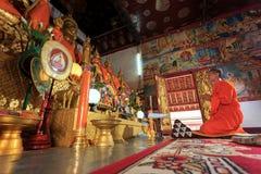 En munk som ber i den Laos templet Royaltyfria Foton