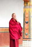 En munk tycker om hans dag Arkivbild