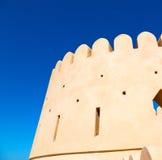 en muscat de l'Oman le vieux ciel défensif a de battlesment de fort Photos stock