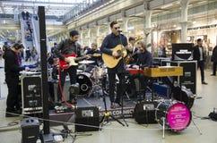 En musikband som namnges Gaspard Royant, utför en uppsättning på St Pancras den internationella stationen Royaltyfri Foto