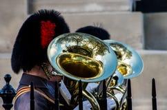 En musiker av den kungliga musikbandet som utför under en ståta Royaltyfri Foto