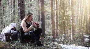 En musiker med ett hjälpmedel i natur En man spelar en flöjt i a Arkivbilder