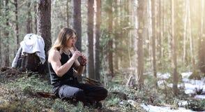 En musiker med ett hjälpmedel i natur En man spelar en flöjt i a Royaltyfria Foton