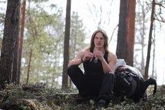 En musiker med ett hjälpmedel i natur En man spelar en flöjt i a Fotografering för Bildbyråer