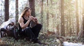 En musiker med ett hjälpmedel i natur En man spelar en flöjt i a Royaltyfri Fotografi