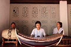En musiker spelar en Ranat på forntida Siam i Bangkok Royaltyfri Bild