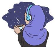 En muslimkvinna i hörlurar Arkivfoton