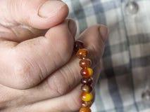 En muslimsk man, som tilldrar beröm, en muselman som tillber en muslimsk man som drar en radband Arkivfoto