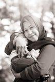 En muslimsk moder med henne behandla som ett barn Arkivfoton