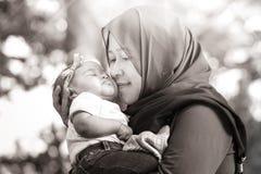 En muslimsk moder med henne behandla som ett barn Royaltyfri Fotografi