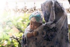En muslimsk moder som rymmer henne, behandla som ett barn dottern Arkivfoton