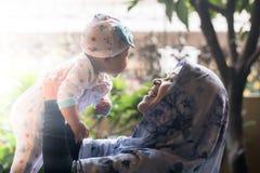 En muslimsk moder som rymmer henne, behandla som ett barn dottern Arkivfoto