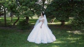 En mycket härlig brud står i parkerar bara, bekymmer, medan vänta på brudgummen stock video