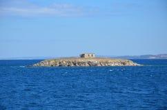 en mycket liten ö i Grekland Arkivbild