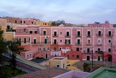 En mycket liten by på ön av Ventotene på gryning Royaltyfria Foton
