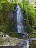 En mycket liten vattenfall i Tjeckien fotografering för bildbyråer