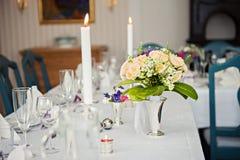 En mycket utmärkt dekorerad brölloptabell med plattor och servetter Royaltyfria Bilder