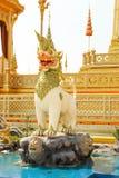 En Myhtical varelser i den Himavanta skogen dekorerade runt om den kungliga krematoriet på November 04, 2017 Arkivfoton